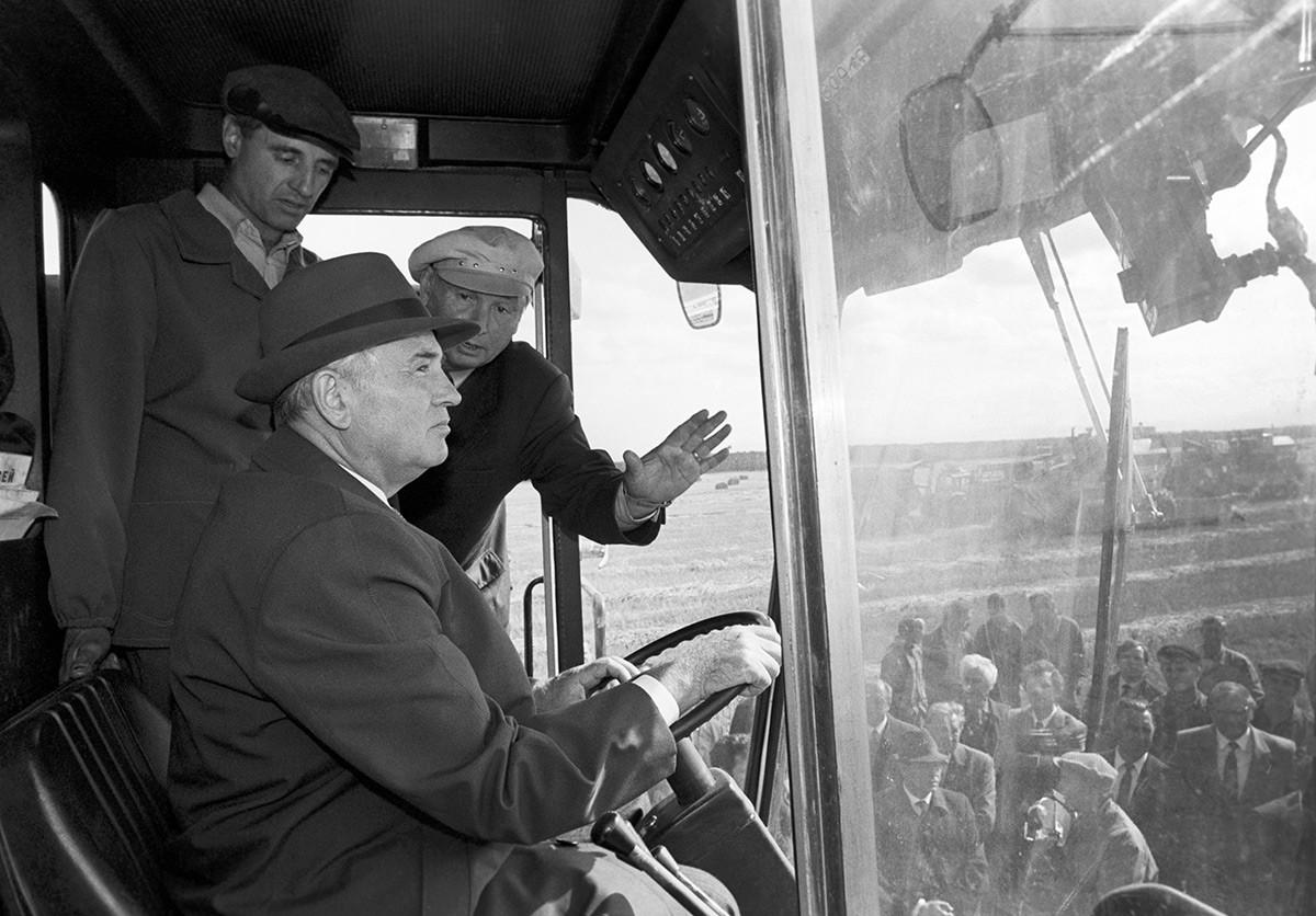 Горбачев управляет комбайном.