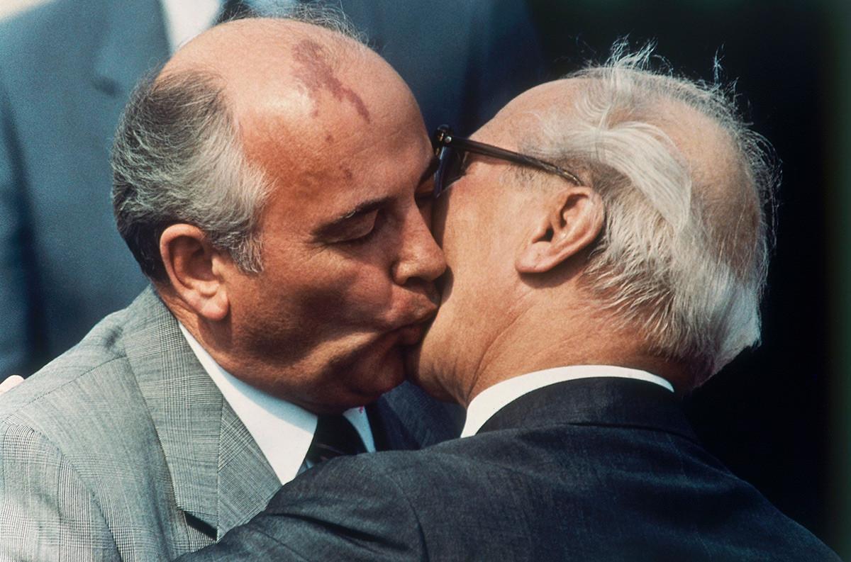 Обмен поцелуями Михаила Горбачева и лидера ГДР Эриха Хонеккера в мае 1987-го.