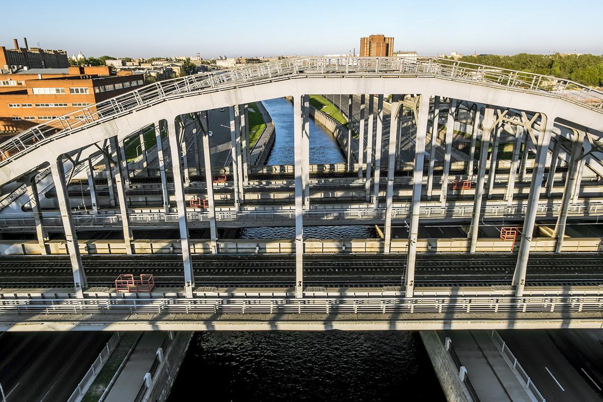 Американските железнички мостови преку Обводниот канал, Санкт Петербург, Русија.