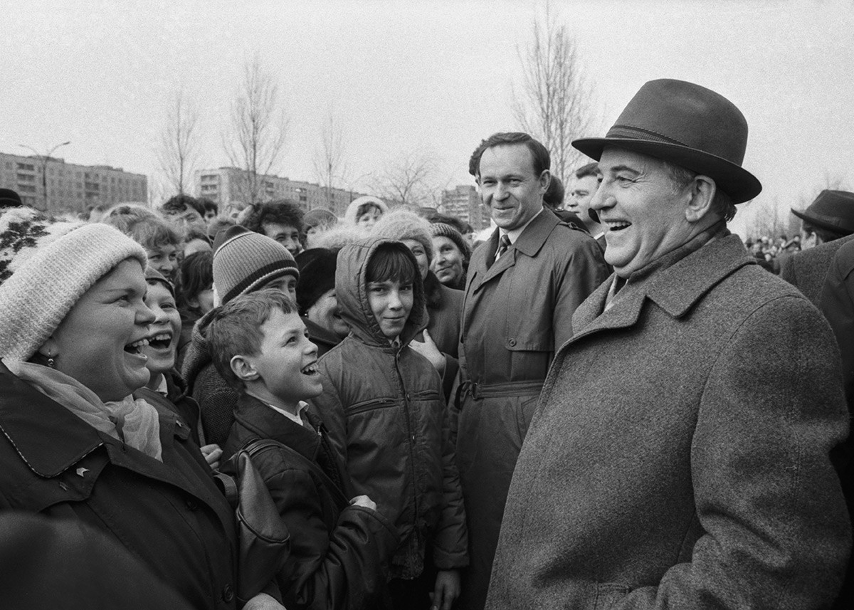 Mikhail Gorbachev and residents of the city in 1986.