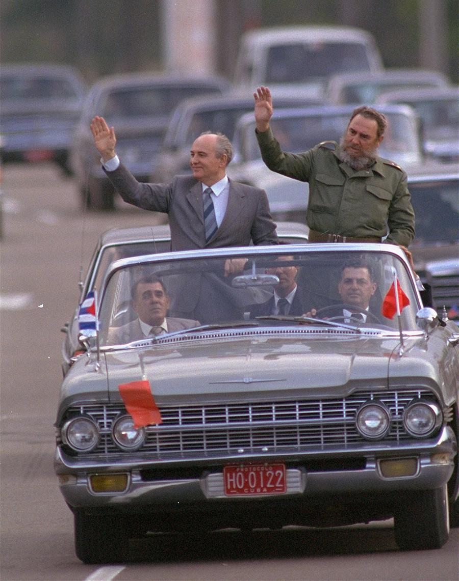 Pemimpin Kuba Fidel Castro dan Presiden Soviet Mikhail Gorbachev pada tahun 1989.