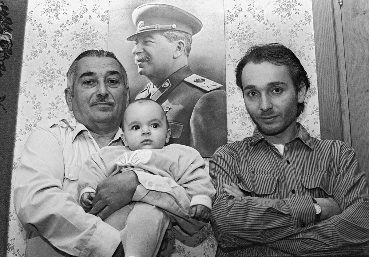 Yevgeny Dzhugashvili, el nieto de Stalin, con su hijo Visarión y su nieto Iósif, Tiflis, Georgia, 1995
