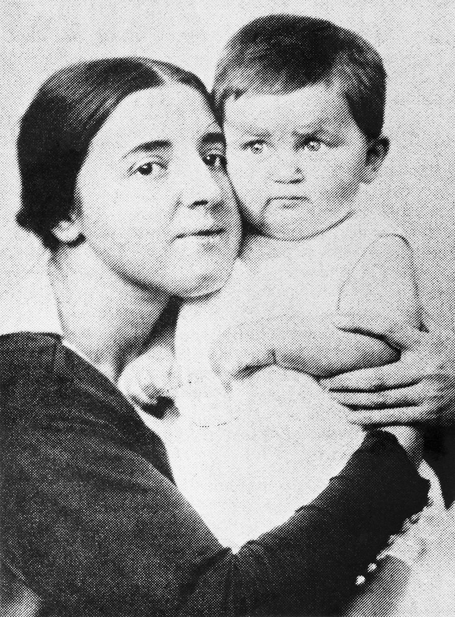 Nadezhda Allilúyeva, segunda esposa de Stalin, y su hijo Vasili Stalin, 1922