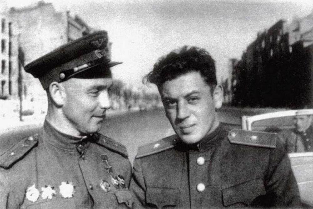 El hijo de Iósif Stalin, Vasili Stalin (a la derecha)