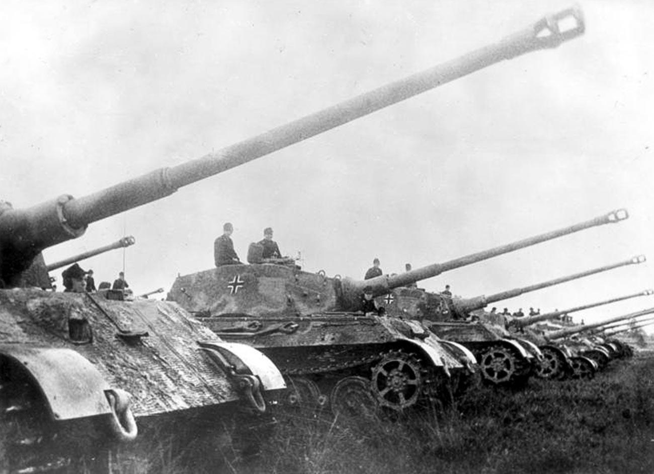 Немачки тешки тенкови Панцер VI Тигар били су масовно коришћени у борбама и напуштани при повлачењу.