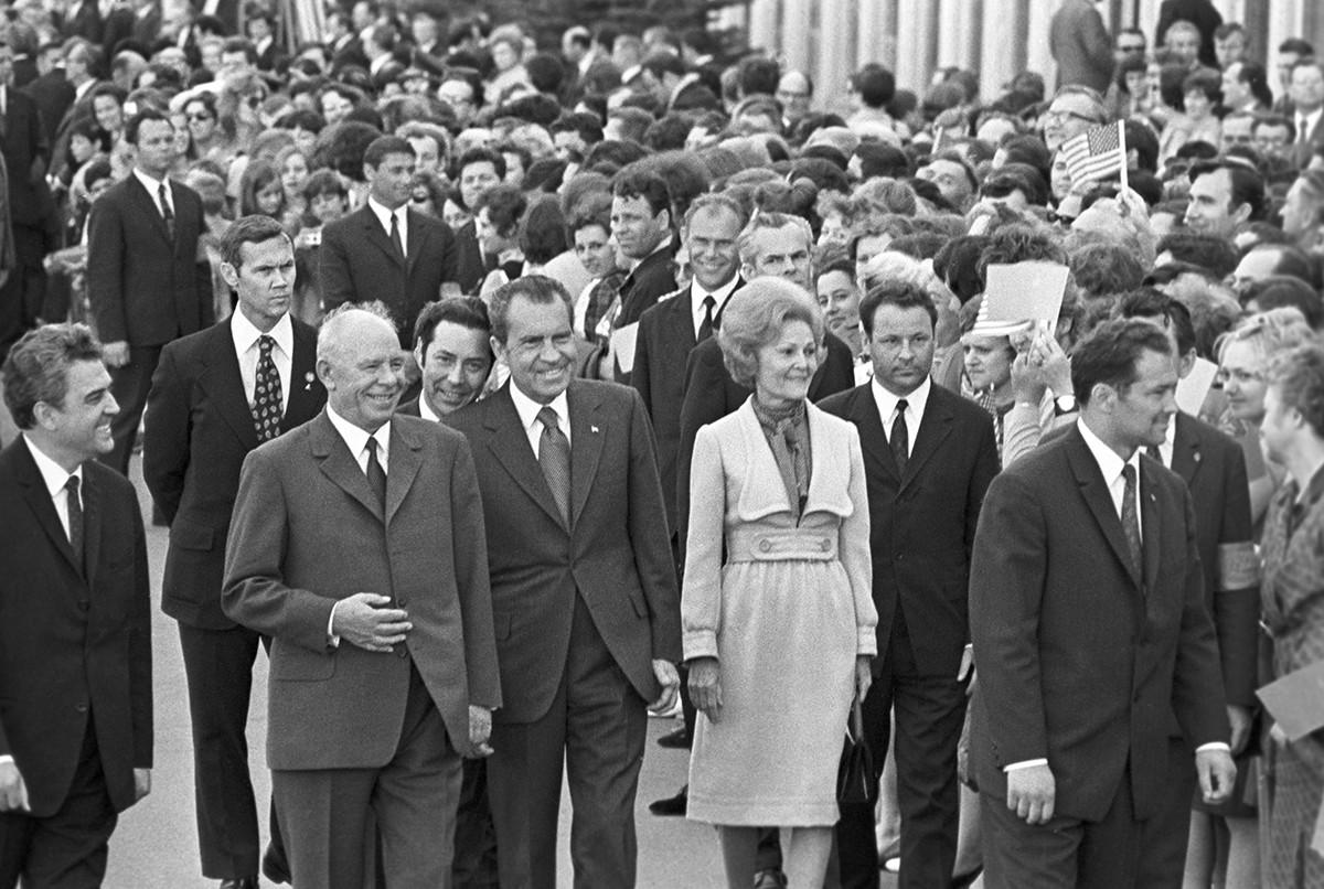 Presidente do Soviete Supremo da URSS, Nikolai Podgorni (2º à esq., na frente), encontrando-se com o presidente dos Estados Unidos Richard Nixon (3º à esq., na frente) e sua esposa Pat (centro, na frente) no Aeroporto Internacional de Vnúkovo, em Moscou
