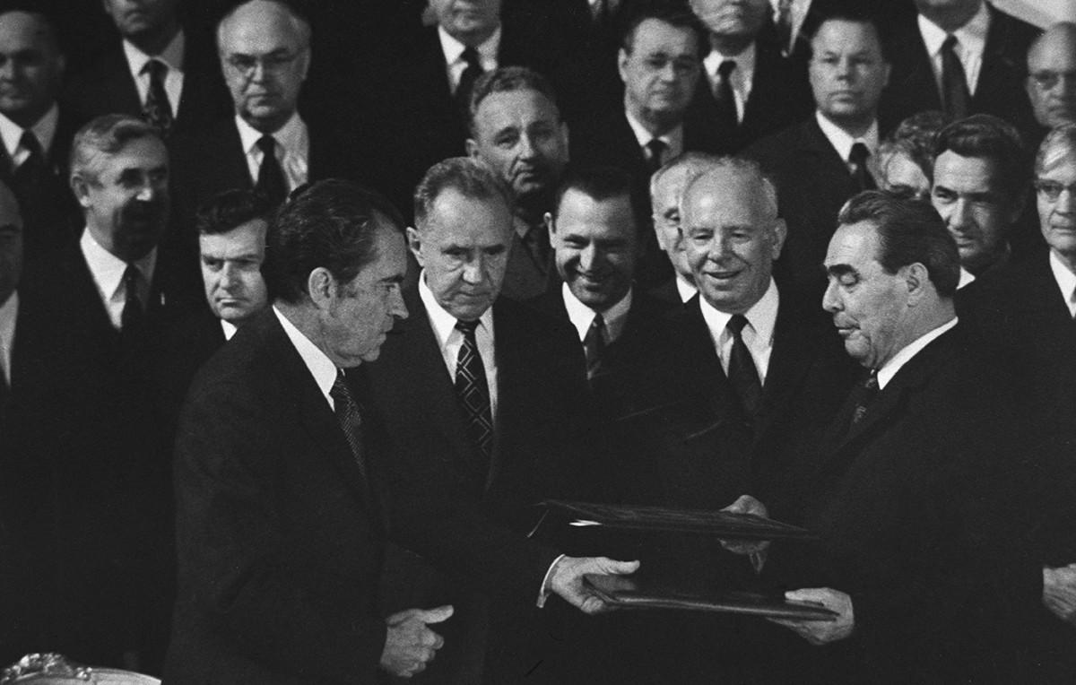 Secretário-geral do PCUS, Leonid Brejnev, e o presidente dos EUA, Richard Nixon, após assinatura do documento final das conversações soviético-americanas sobre os princípios das relações entre a URSS e os EUA