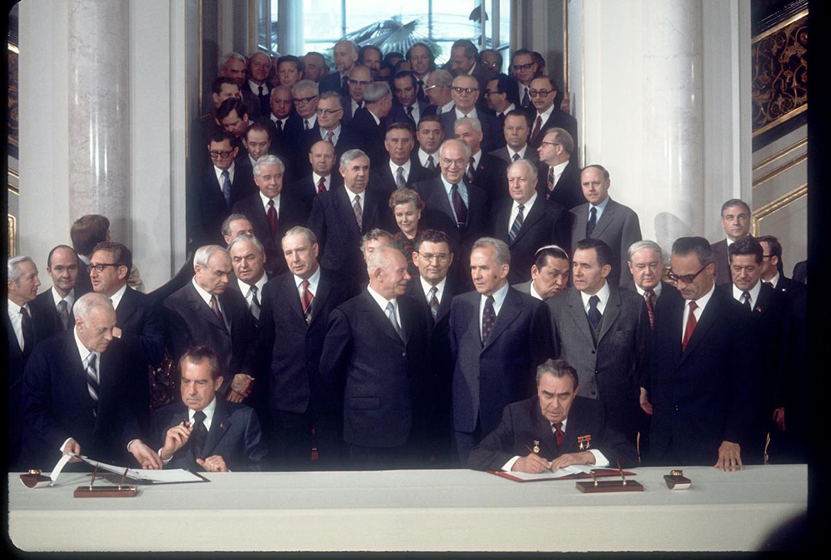 Presidente norte-americano Richard Nixon e o líder russo Leonid Brejnev assinam tratado no Kremlin de Moscou, em 26 de maio de 1972