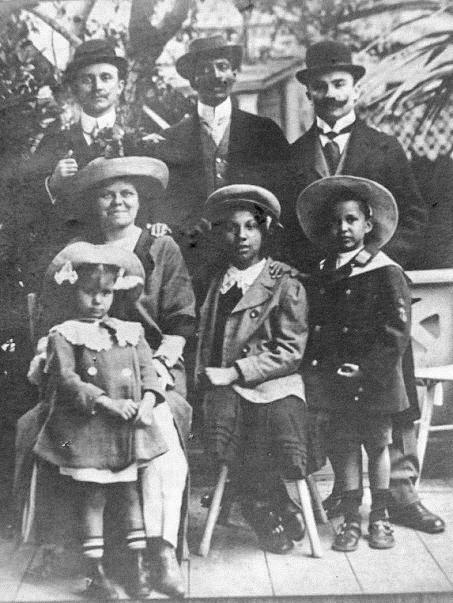 Frederick Thomas, sua segunda esposa, os filhos do primeiro casamento e os sócios, 1913.