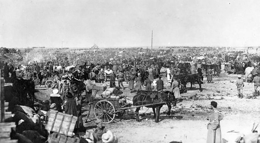 Odessa em 1919. Milhares de refugiados deixam o país.