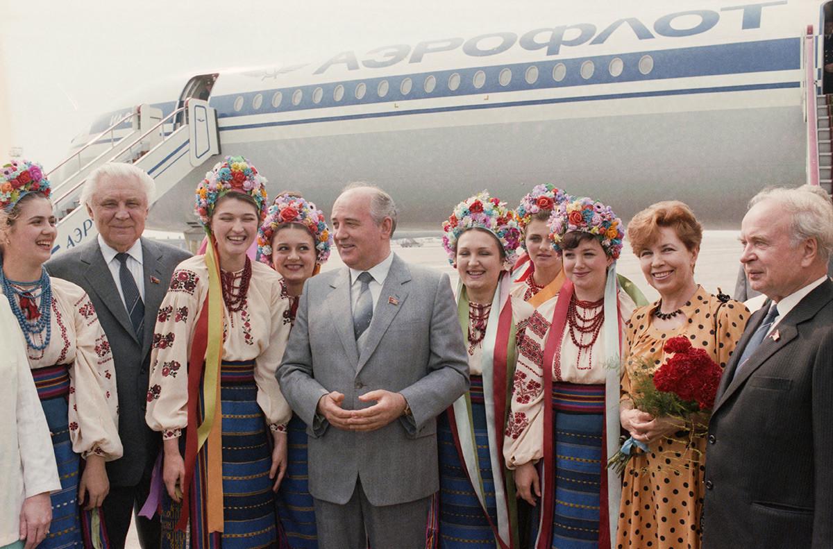 Mikhail Gorbachev viene accompagnato all'aeroporto di Kiev, prima del suo rientro a Mosca, dal primo segretario del Partito Comunista d'Ucraina Vladimir Shcherbitsky