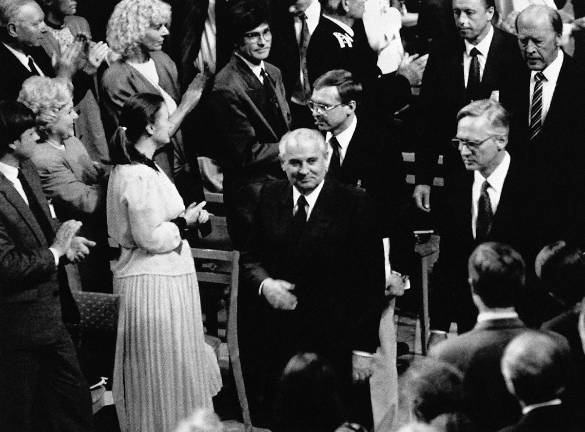 Mikhail Gorbachev entra nell'aula magna per una conferenza sulla pace, a lungo rimandata