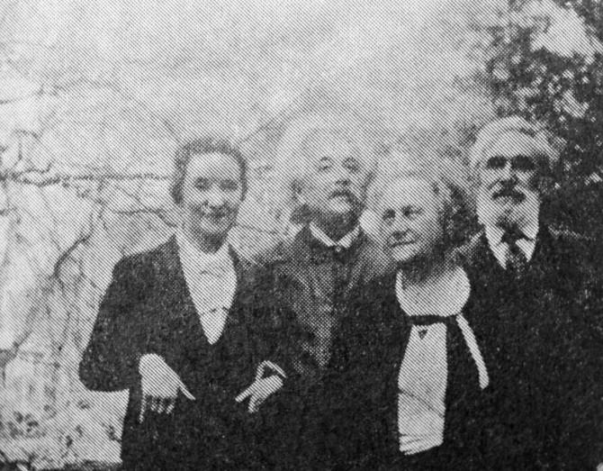 Albert Einstein, E. Einstein y Koniónkov en el jardín de la casa de los Einstein en Princeton en 1935.