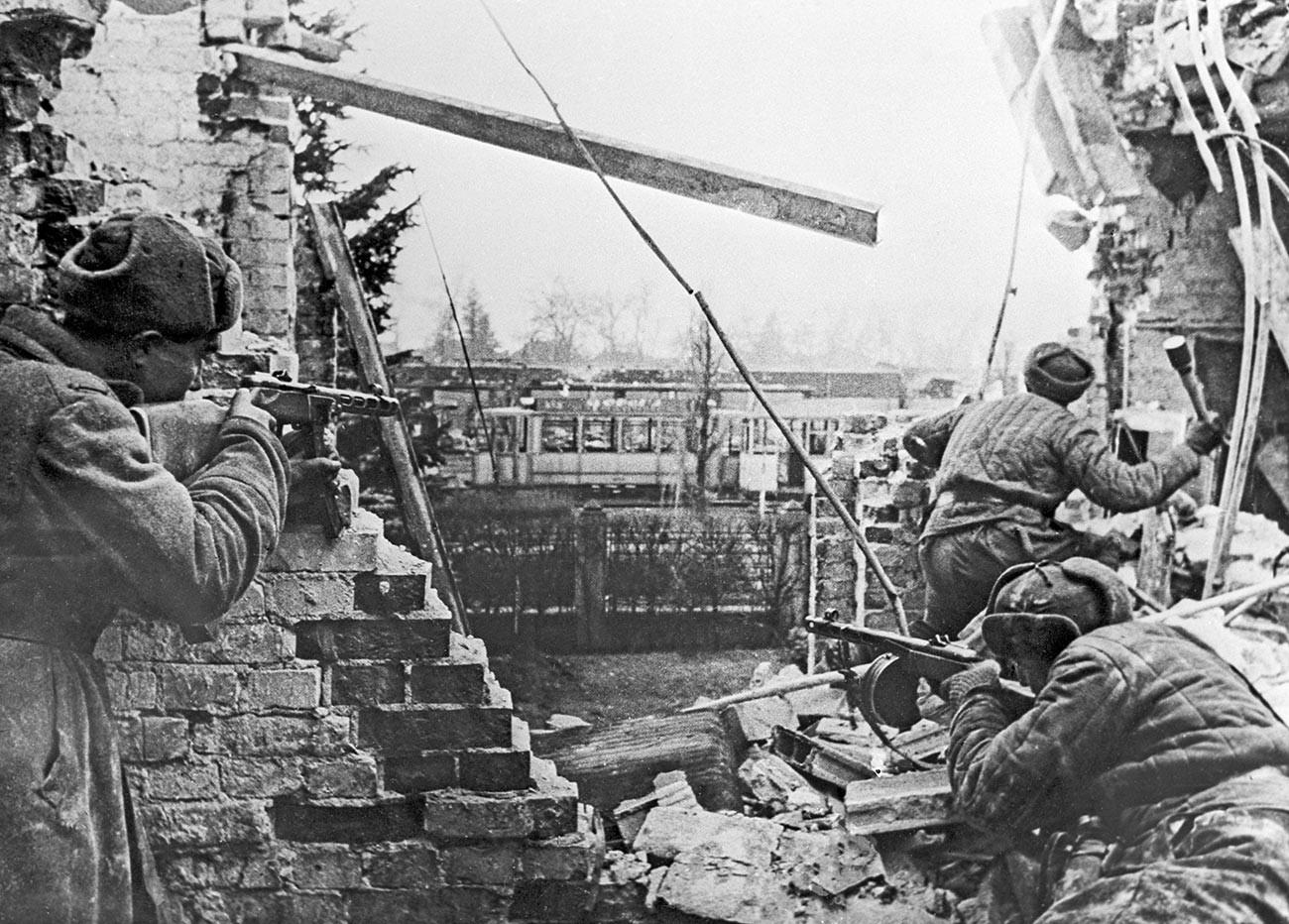 Drugi svjetski rat 1939.-1945. g. Budimpeštanska ofenziva sovjetske vojske. Vojnici Trećeg Ukrajinskog fronta s automatima u uličnim borbama za oslobođenje Budimpešte.