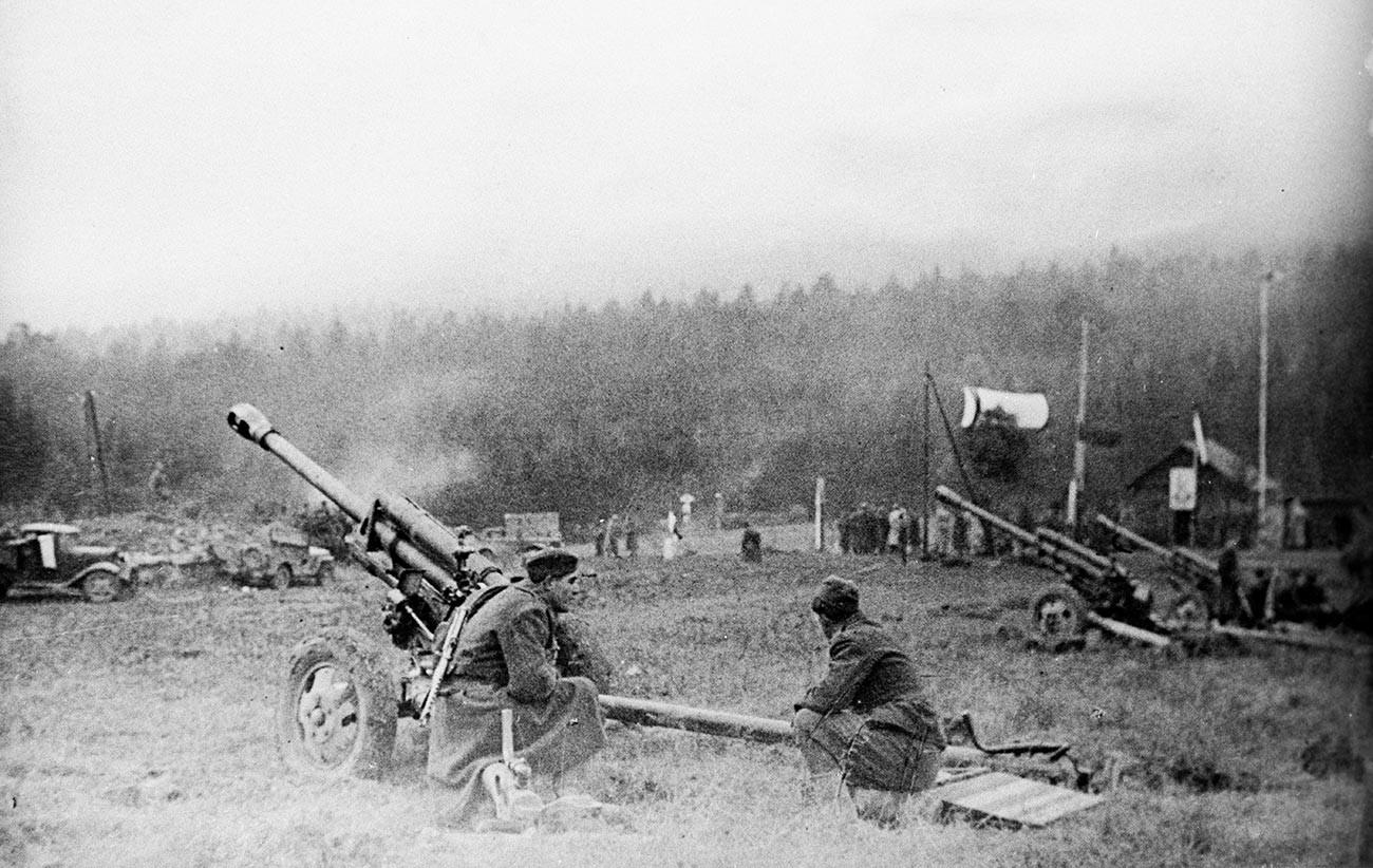Батерија чехословачког корпуса на превоју Дукља./Фотографија из фонда Централног музеја совјетске армије.