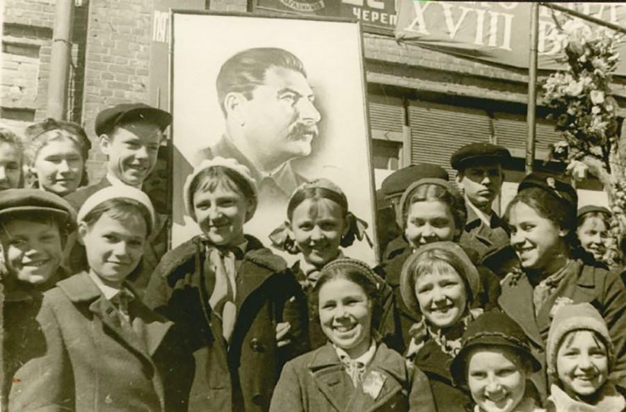 5月の労働者の日のデモに参加する学童