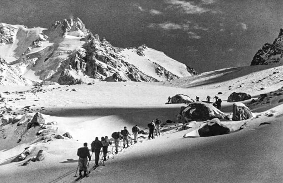 コーカサス山脈でトレッキングする登山客