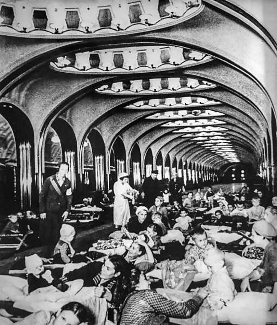 1941年、防空壕として使われるモスクワ地下鉄マヤコフスカヤ駅