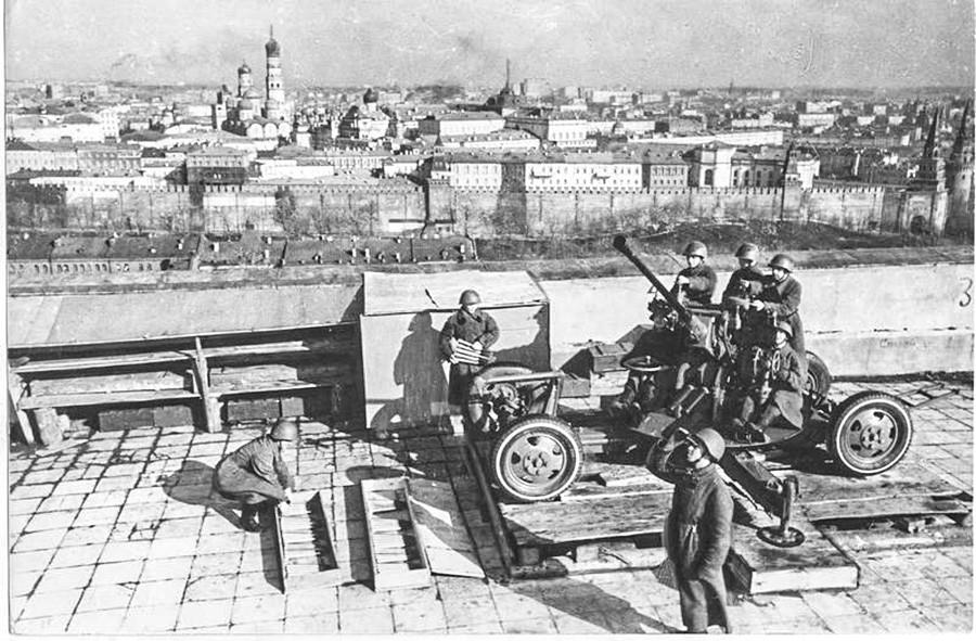 モスクワの建物の屋上で偵察する防空部隊