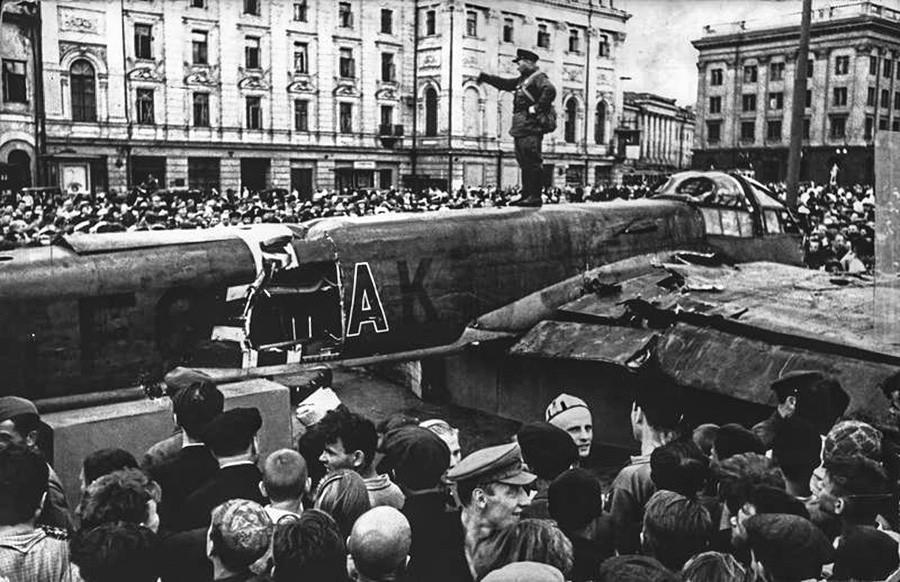モスクワ中心部で撃墜されたナチスの飛行機