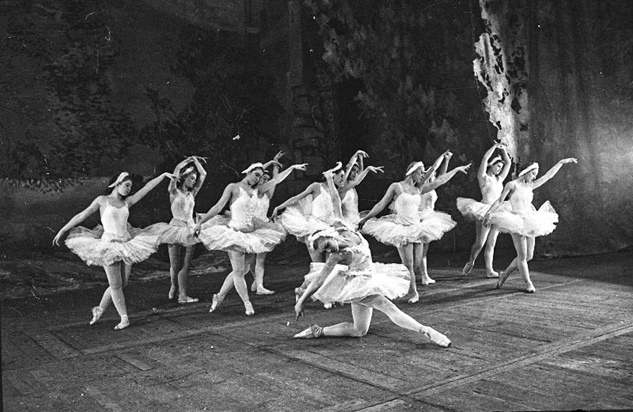 疎開したボリショイ劇団が演じる『白鳥の湖』