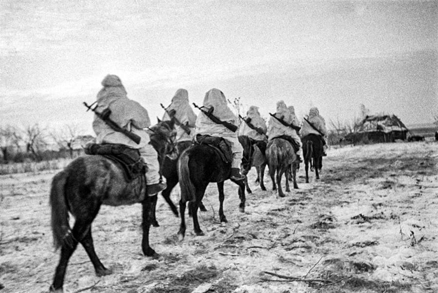 モスクワ郊外で馬に乗る兵士