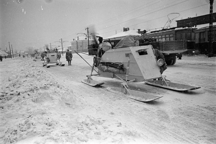 モスクワ郊外の「アエロサン」(プロペラで推進する橇)