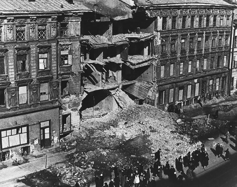 レニングラード、ネフスキー大通り。ナチスの空爆で破壊された建物
