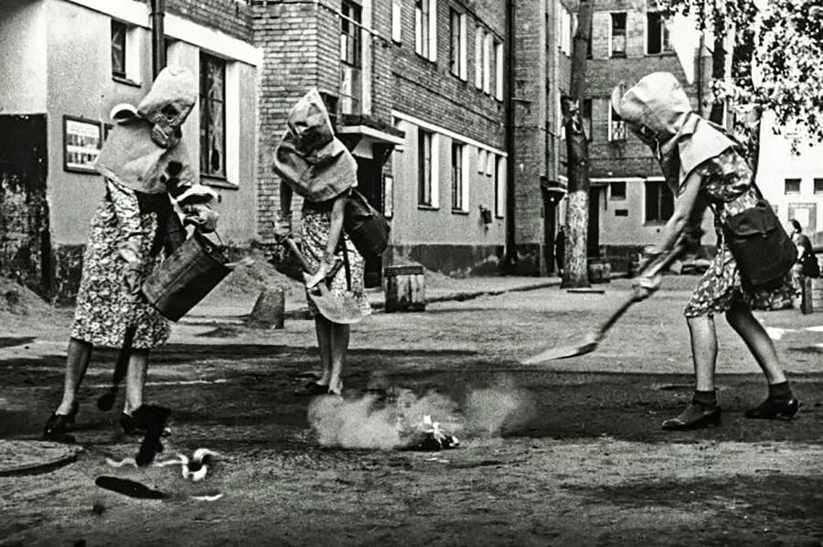 焼夷弾の消化訓練をする女子生徒