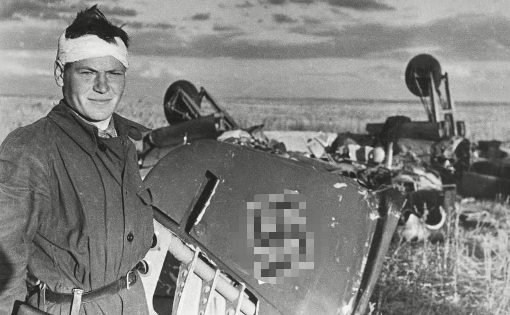 撃墜したナチスの飛行機の前でポーズを取る兵士