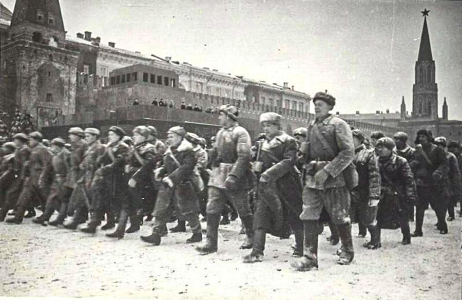 1941年11月7日、戦時中にもかかわらず赤の広場で行われたボリシェヴィキ革命24周年の記念式典