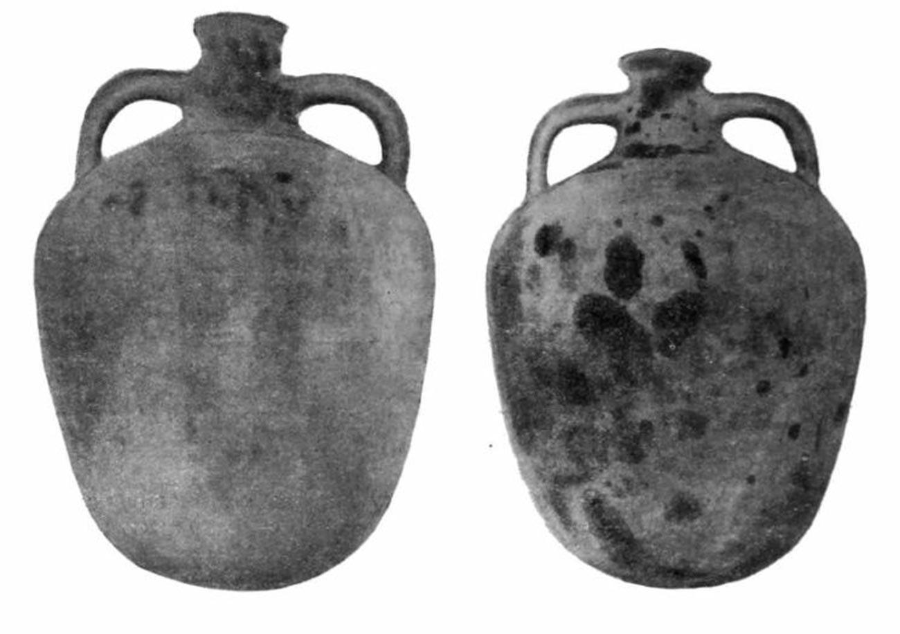 Ânforas antigas usadas para armazenamento de petróleo, península de Taman