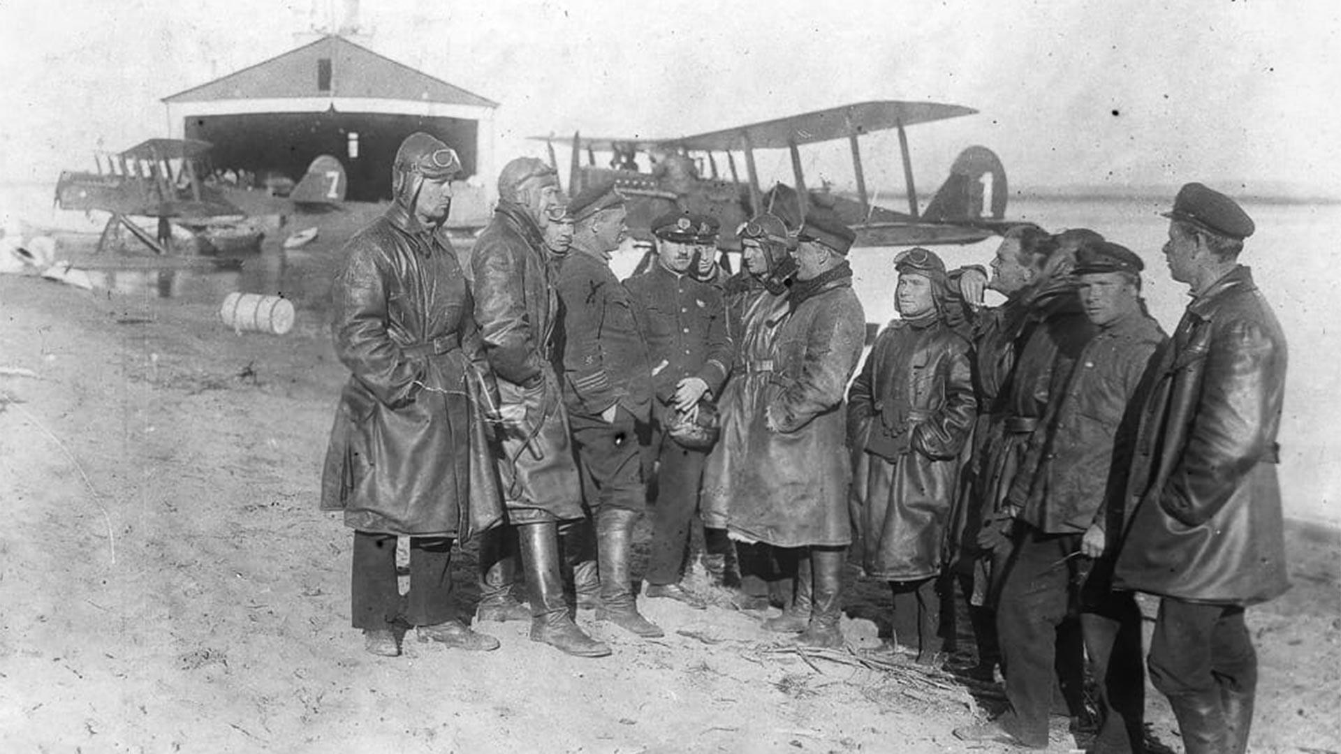 Pilotos de la 68ª Escuadrilla Aérea cerca del hidroavión 'Amur'.