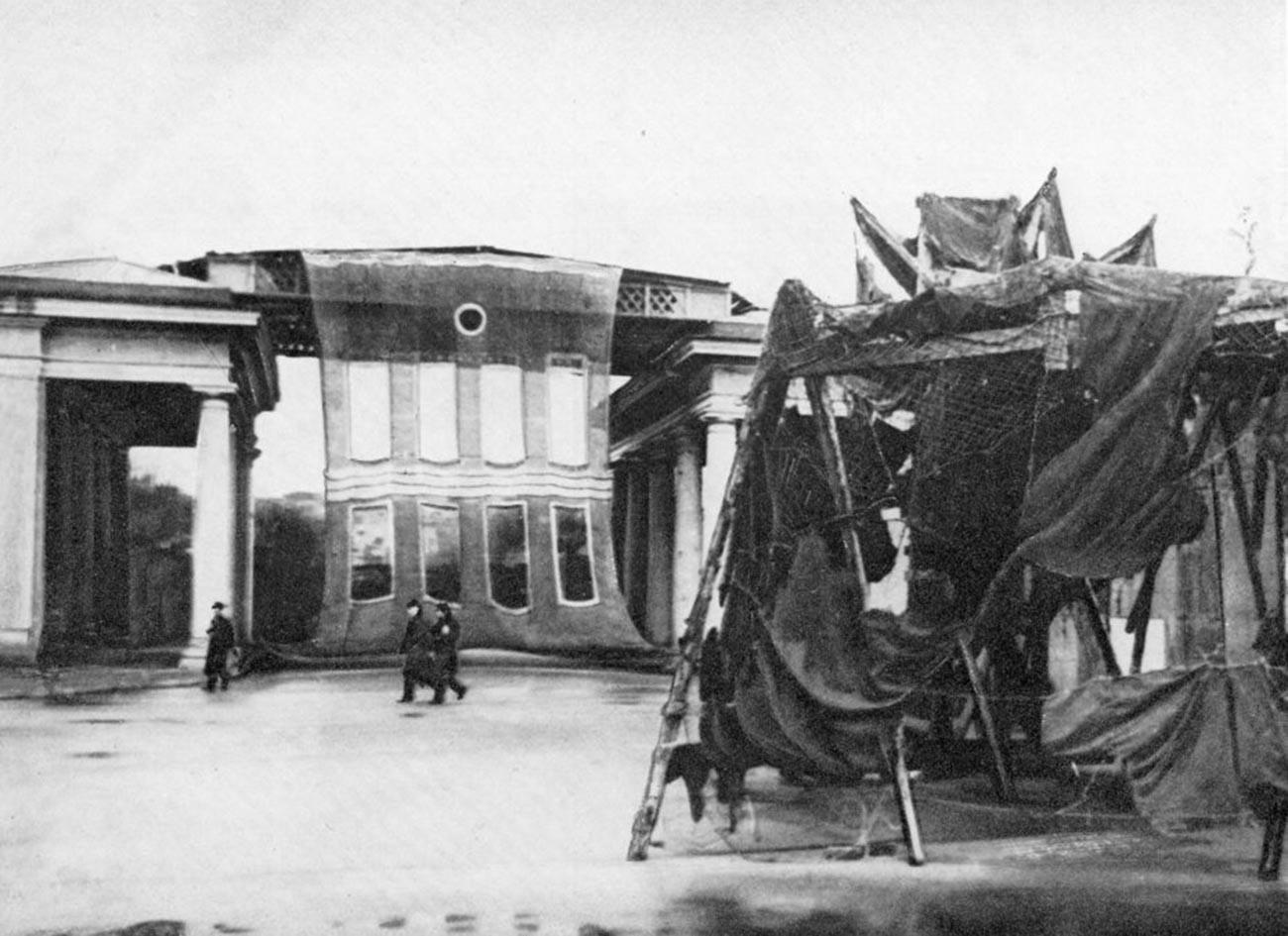 Le propylée de l'Institut Smolny « transformé » en maison
