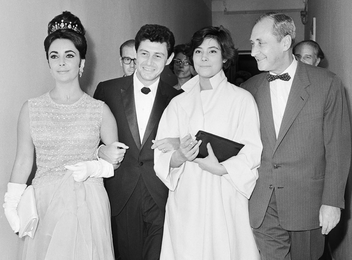 L-r: Elizabeth Taylor, Eddie Fisher, Tatiana Samoilowa und der sowjetische Regisseur Sergei Jutkewitsch
