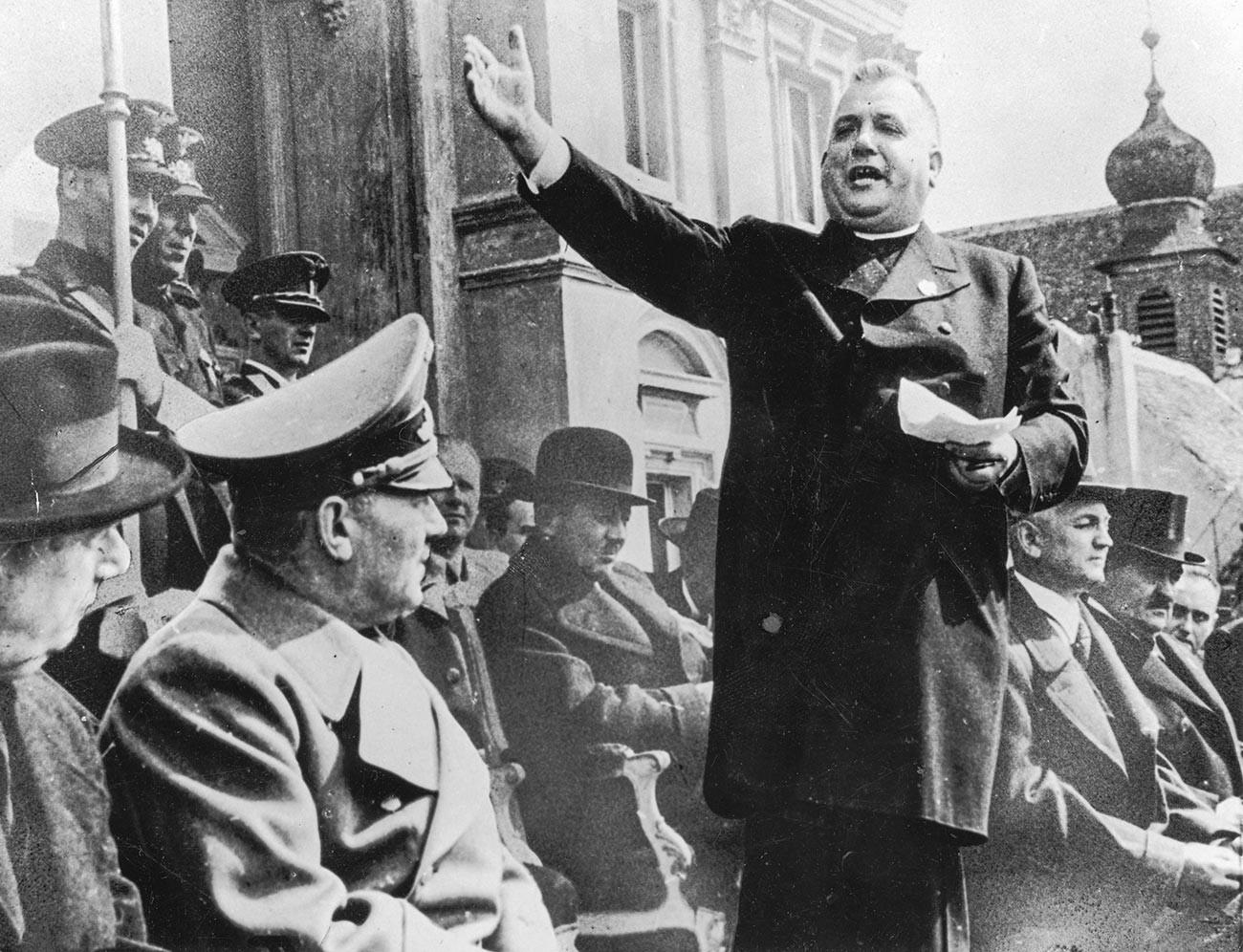 Slovaški duhovnik in politik Jozef Tiso (1887-1947) pozdravlja nemške okupatorje leta 1939.