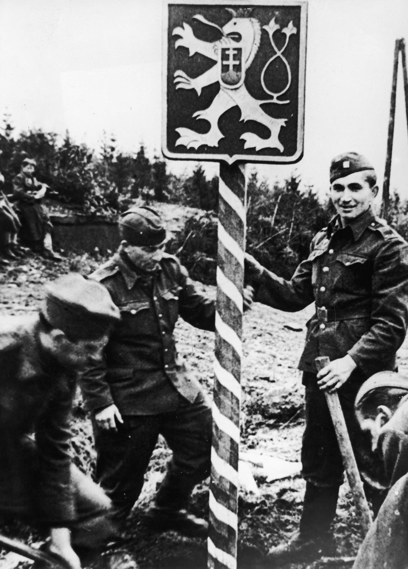 Češki vojaki v sovjetskih uniformah postavljajo mejni prehod na prelazu Duklja, na nedavno osvobojenem delu svoje domovine.