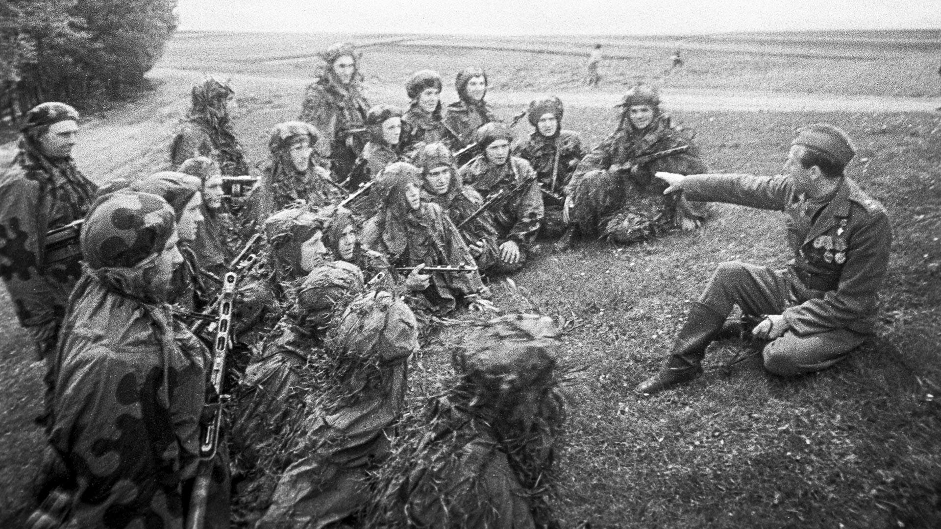 Praška ofenziva (6.-11. maja 1945). Antonín Sochor, poveljnik čete 1. pehotnega bataljona 1. samostojne češkoslovaške pehotne brigade med vojaki