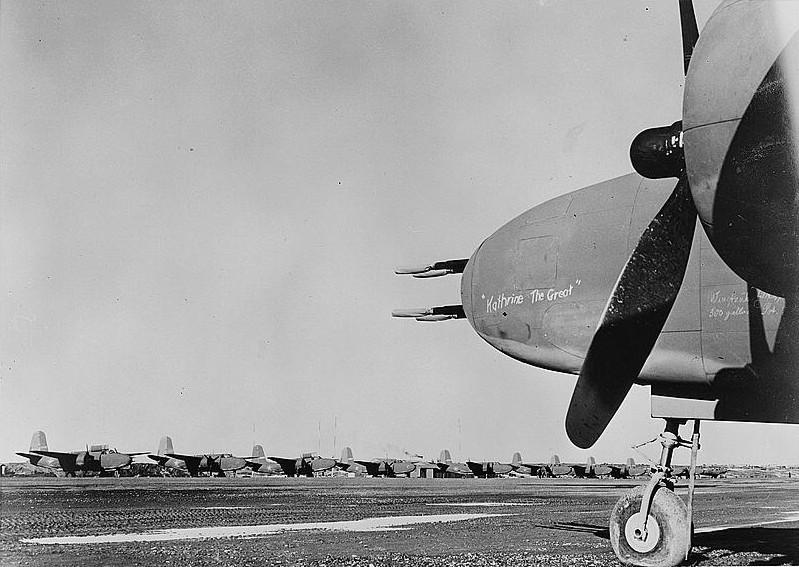 """Nome, Alasca. Em primeiro plano, um A-20 batizado como """"Catarina, a Grande"""" junto com outras aeronaves que seriam enviadas à URSS, por volta de 1943"""