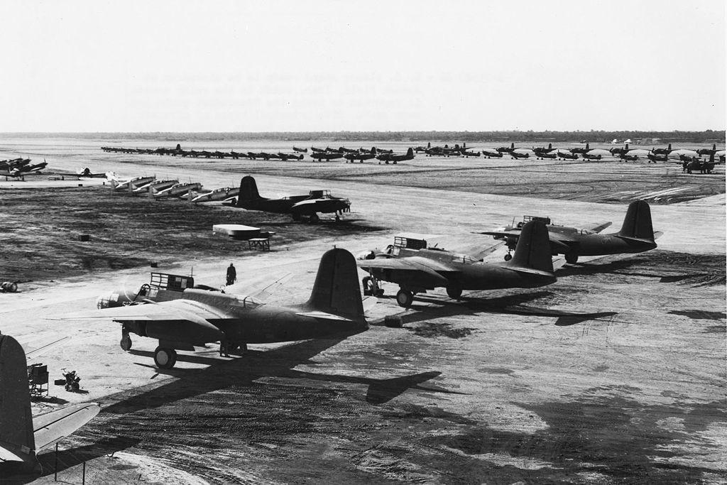 Aeronave do Programa de Lend-Lease dos EUA pronta para coleta no Campo de Abadã, Irã, 1942. No primeiro plano estão aviões A-20 Havoc