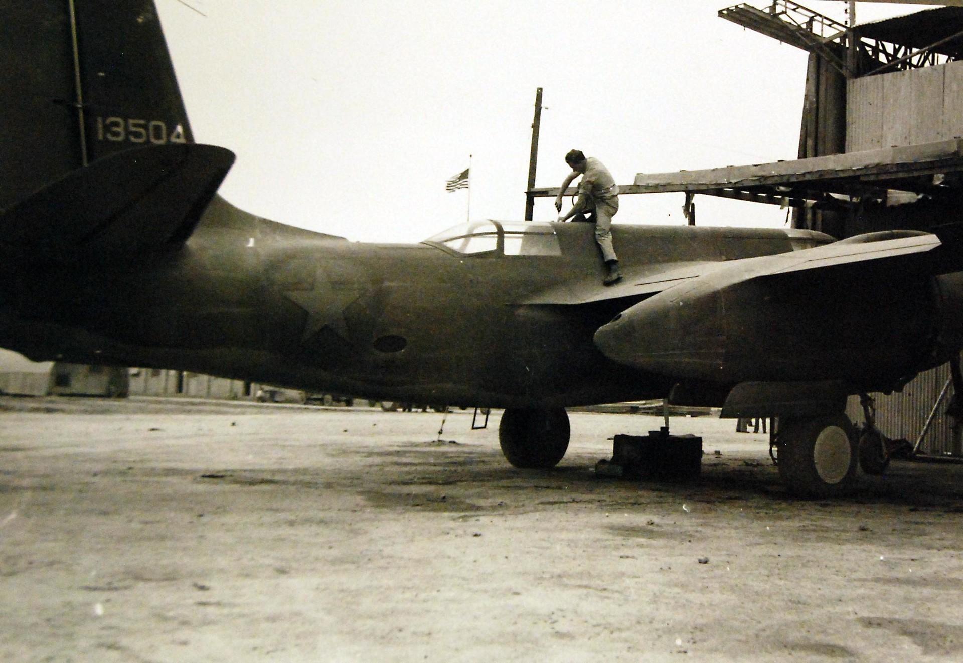 Mecânico norte-americano dando os últimos retoques em um avião de guerra antes de sua entrega à Rússia, em algum lugar do Irã, em março de 1943