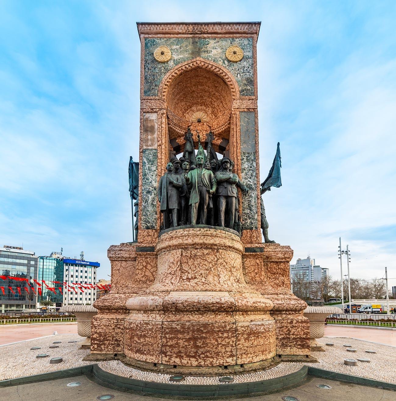 Десно од Ататуркове скулптуре стоје Климент Ворошилов и Семјон Аралов.