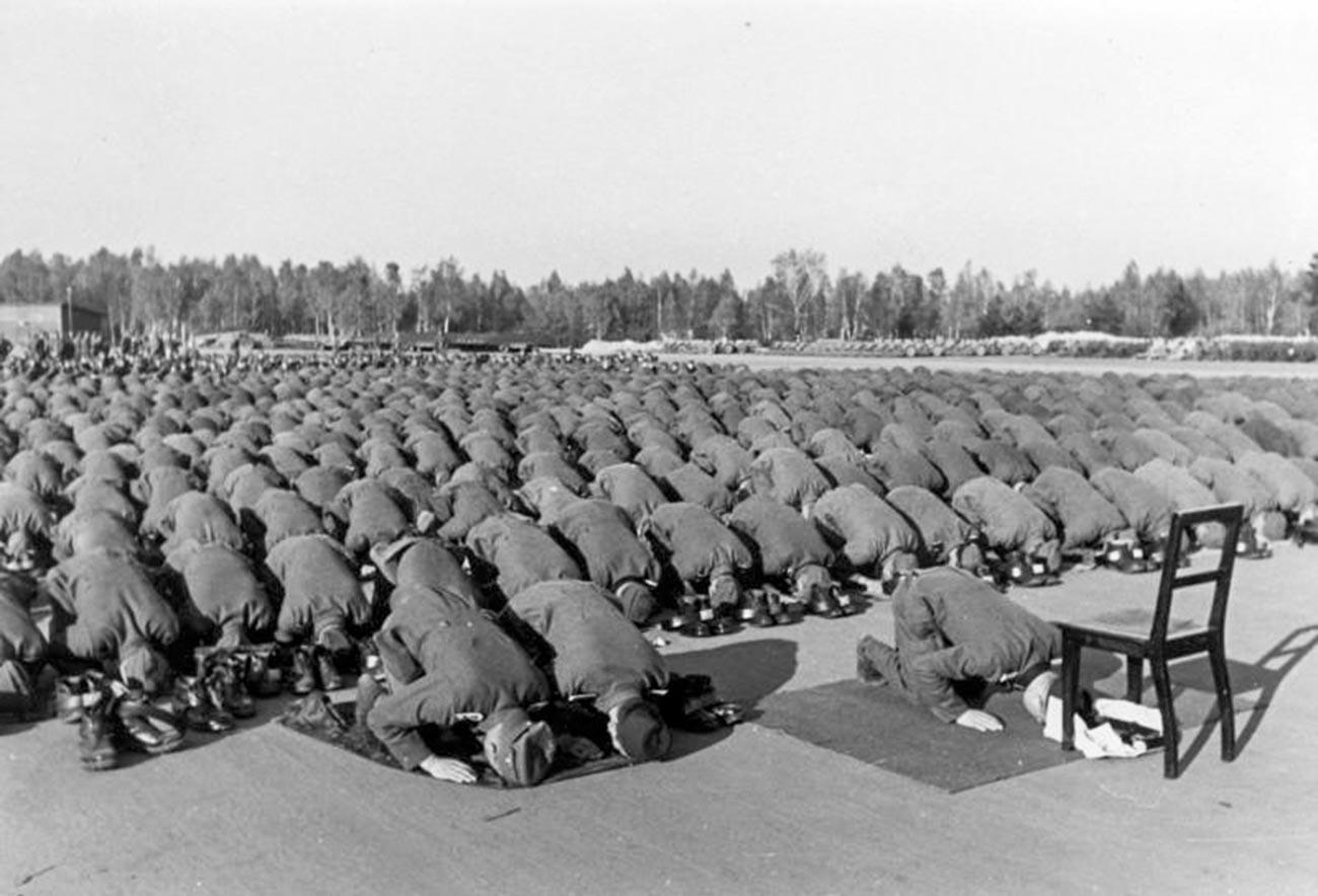 """Војници на планинската СС дивизија """"Ханџар"""" на молитва."""