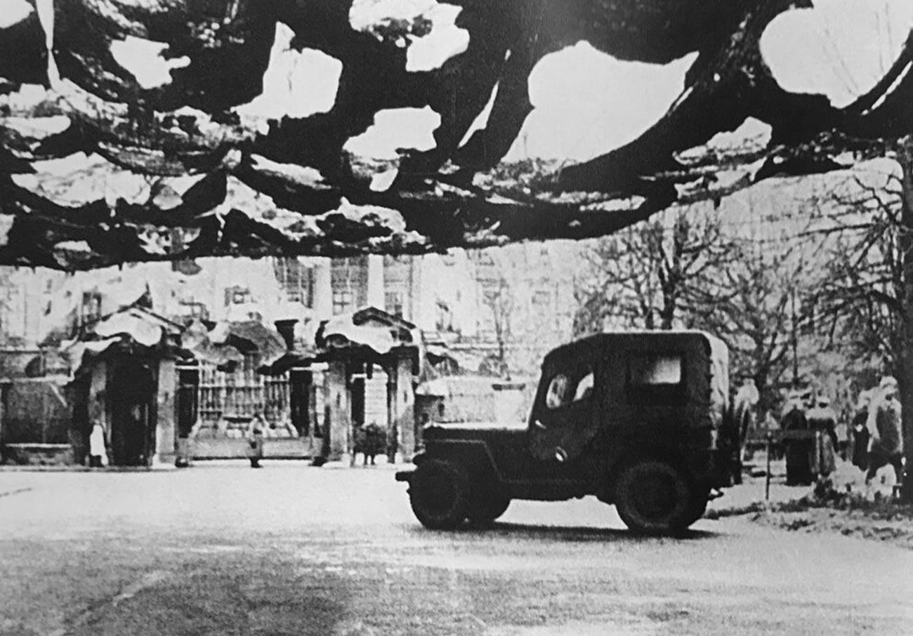 El Smolni bajo las redes de camuflaje