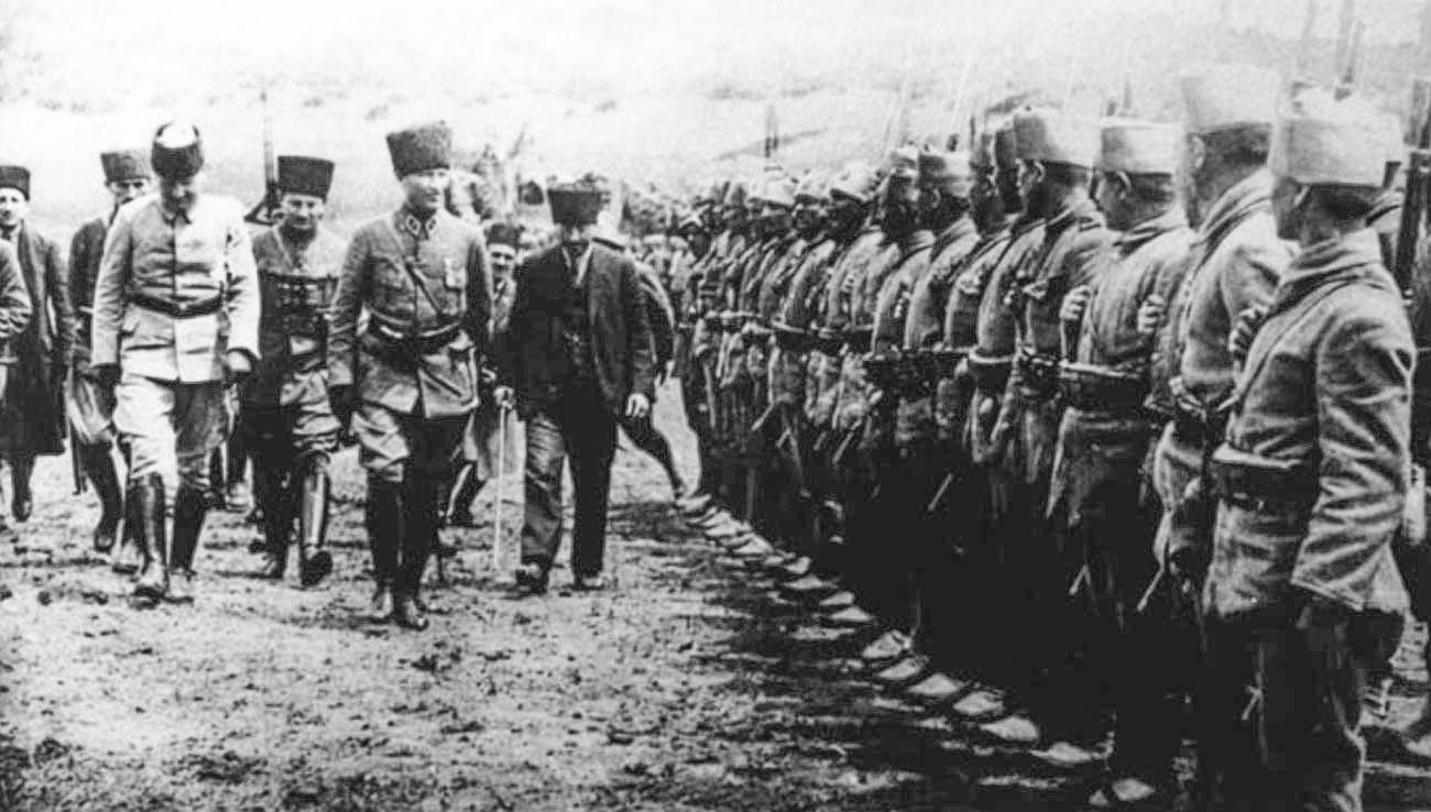 Ататюрк инспектирует турецкие войска 18 июня 1922 г.