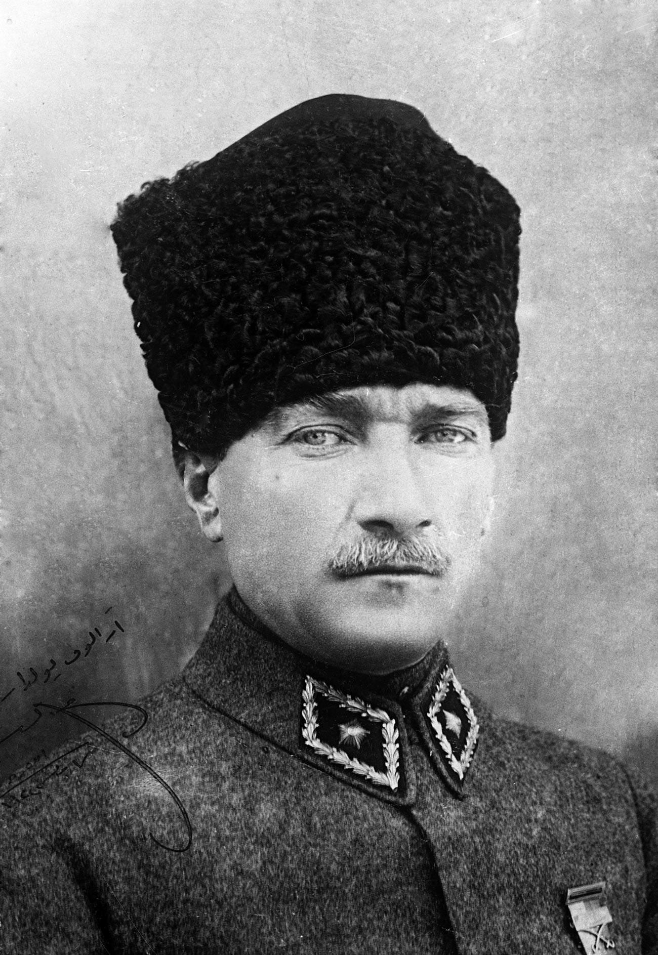 Портрет турецкого политика, первого президента Турецкой Республики Мустафы Кемаля Ататюрка с личной надписью «Товарищу Аралову».