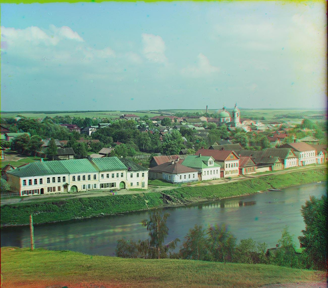Torjok. Vue surlafalaise surplombantlarivière Tvertsa près du monastère Boris et Gleb. Au centre à l'horizon : route de Moscou bordée d'arbres (emplacement du domaine Znamenskoïe-Raïok à droite).