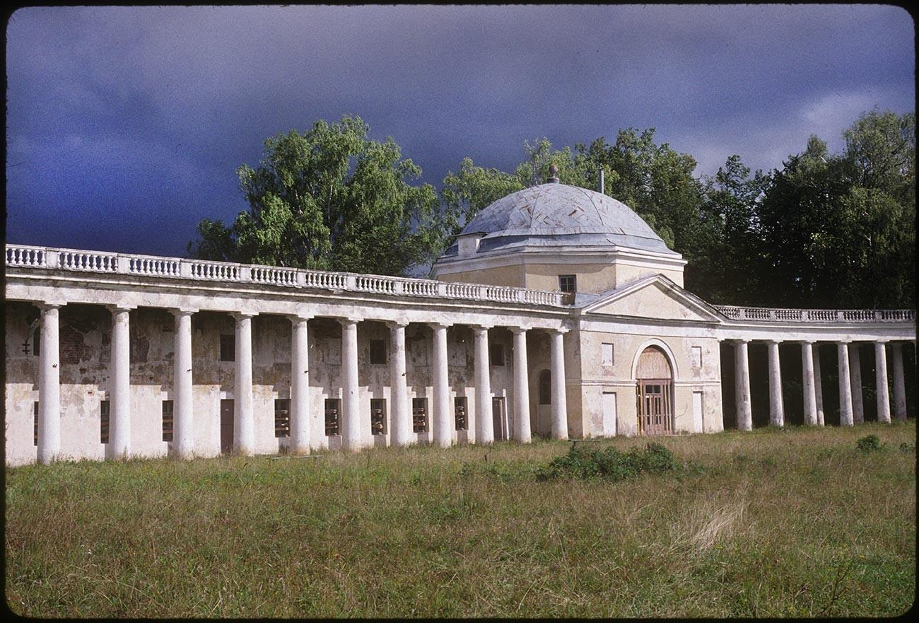 Znamenskoïe-Raïok.Arc d'entrée et colonnade avec pavillons ouest de chaque côté. Vue du château en direction delaroute de Moscou