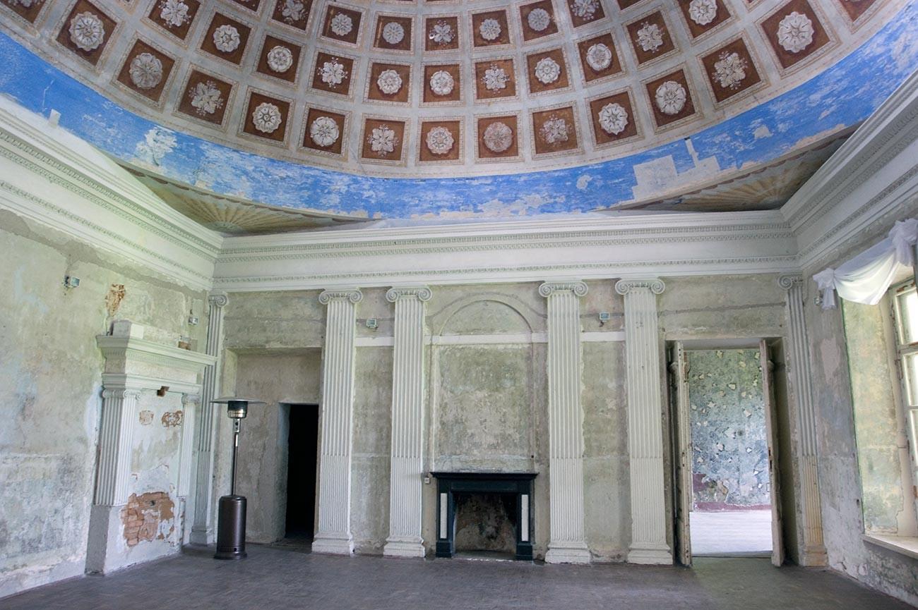 Intérieur du château. Hall d'entrée avec enfilade