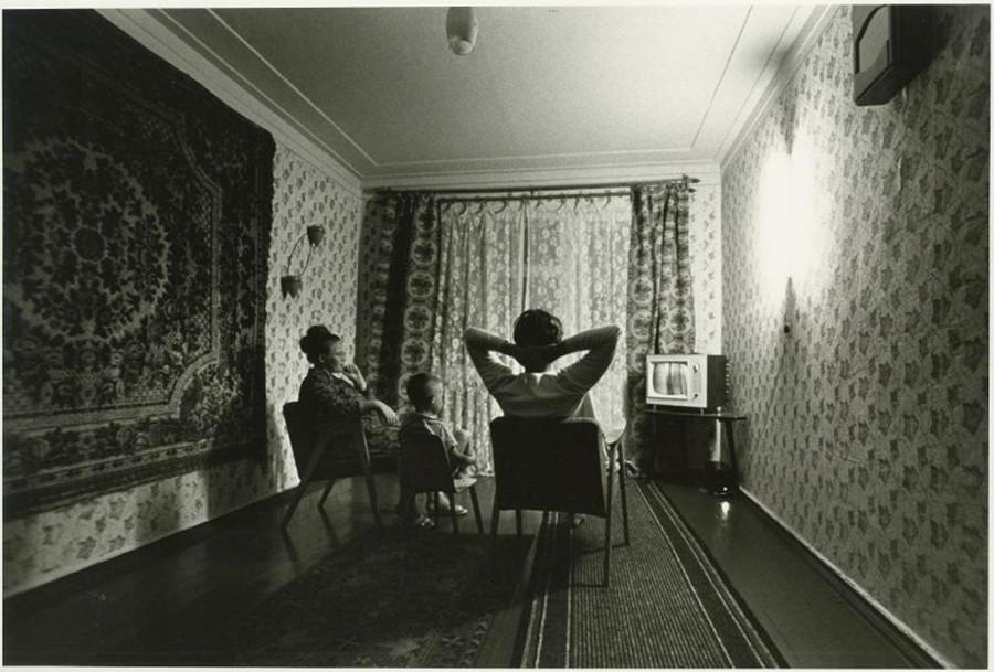 Famille devant la télévision, 1969